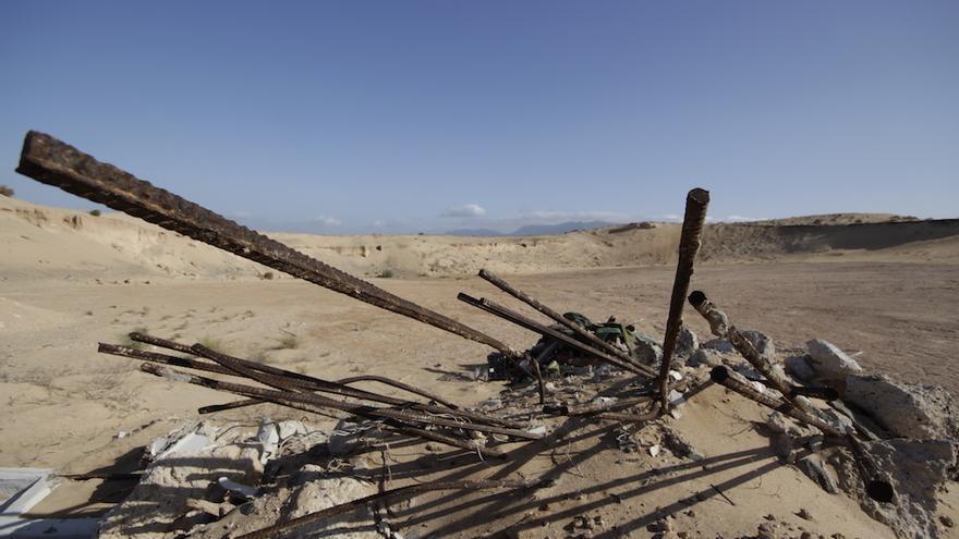 Residuos abandonados en medio del Jable. En la Isla hay cientos de vertederos incontrolados.