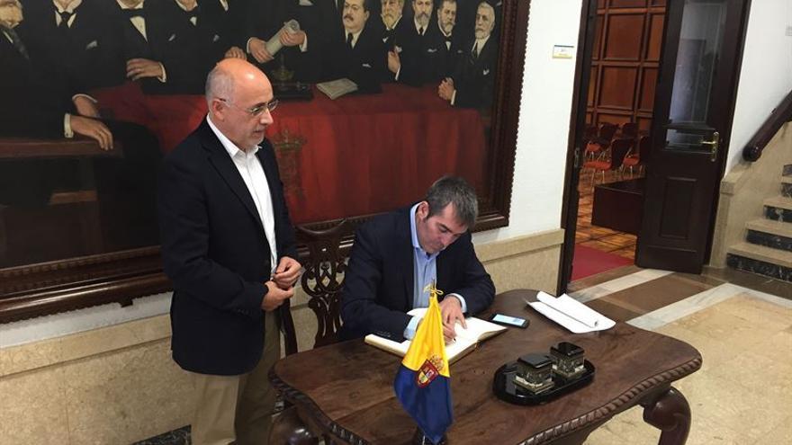 El presidente del Gobierno de Canarias, Fernando Clavijo y el presidente del Cabildo de Gran Canaria, Antonio Morales en la reunión mantenida este sábado