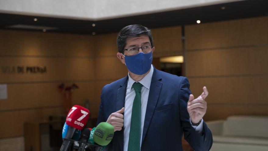 El vicepresidente y consejero de Turismo, Regeneración, Justicia y Administración Local, Juan Marín, atiende a los medios de comunicación, foto de archivo