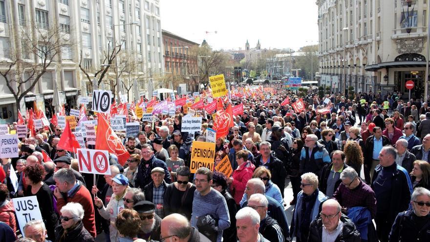 """Los pensionistas llenan de nuevo a las calles al grito de """"pensiones dignas"""""""