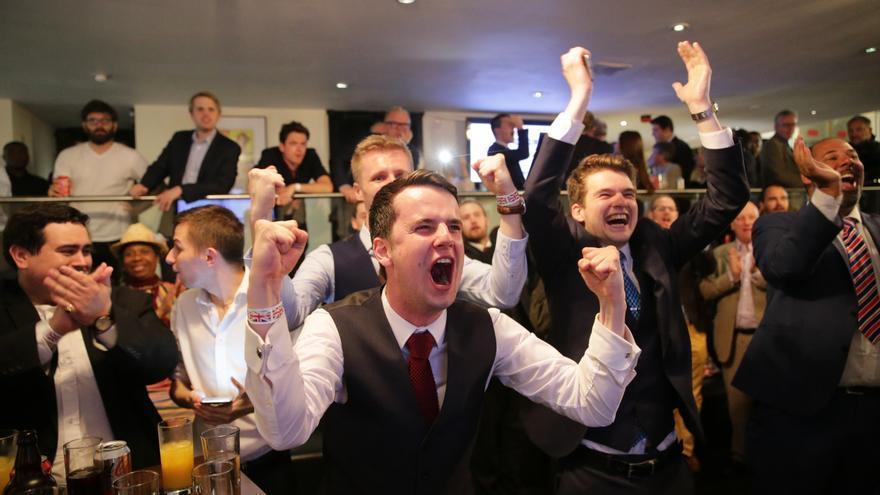 Partidarios de la salida de la UE celebran los resultados del referéndum en Londres / Michael Kappeler-DPA