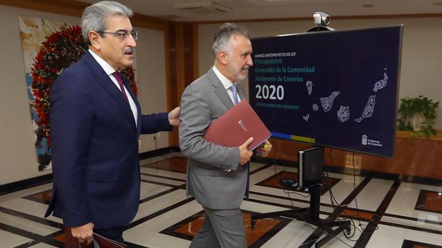 Román Rodríguez y Ángel Víctor Torres a su llegada a la reunión del Consejo Asesor