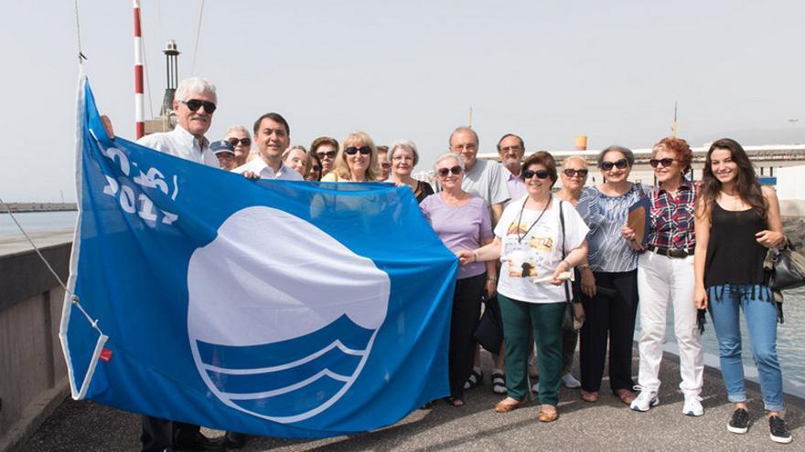 El RCNT izó este jueves la bandera azul en el muelle del puerto deportivo