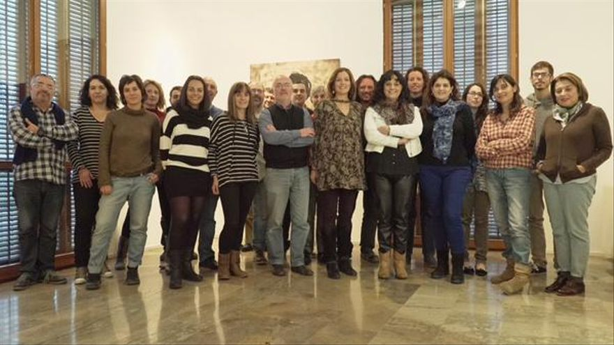 Antonio Montiel, en el centro, rodeado del equipo de Clar que Podem.