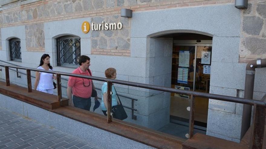 Turistas ante una oficina de turismo en Toledo