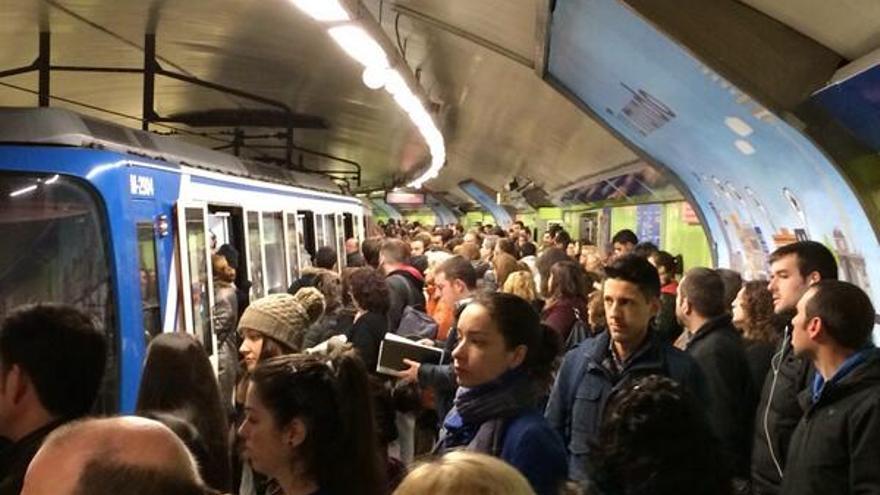 Andén del metro de Madrid repleto de viajeros. \ @feralcazar_