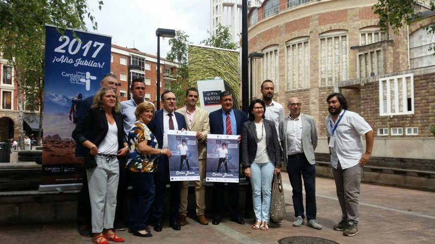 Organizadores y promotores del evento durante la presentación del cartel.