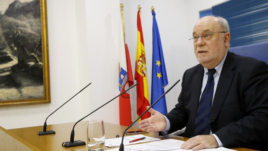 El consejero de Economía, Juan José Sota (PSOE), en rueda de prensa. | Lara Revilla