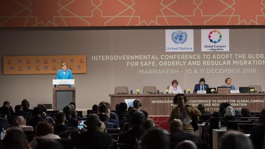 La canciller alemana, Angela Merkel (i), interviene en la conferencia intergubernamental de la ONU organizada en la ciudad marroquí de Marrakech hoy, 10 de diciembre de 2018. El Pacto Mundial para una Migración Segura, Ordenada y Regular de Naciones Unidas (ONU) ha sido aprobado hoy por más de 150 países.