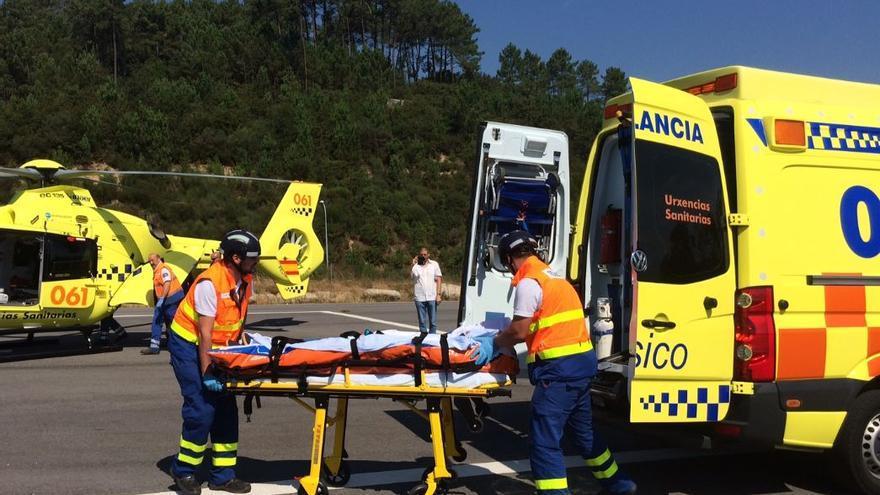 Ambulancia del 061, durante un simulacro de traslado de emergencia en Galicia