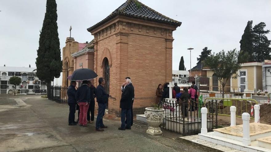 """""""Recogida de ADN"""" en Utrera para identificar los cadáveres hallados en la fosa común del cementerio"""