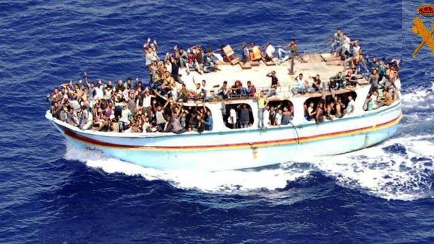 La Guardia Civil rescata a 300 inmigrantes de una barcaza en aguas de Sicilia