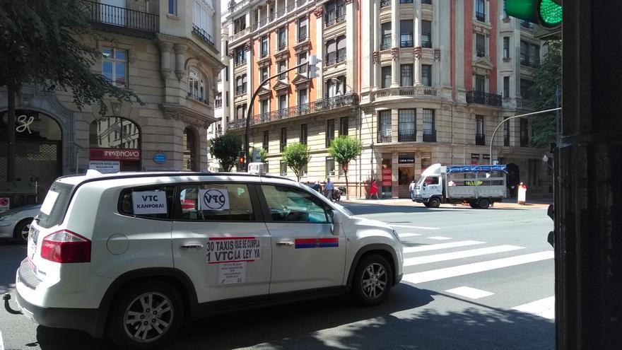 """Taxi con reivindicaciones como """"VTC KANPORA"""" en la marcha"""