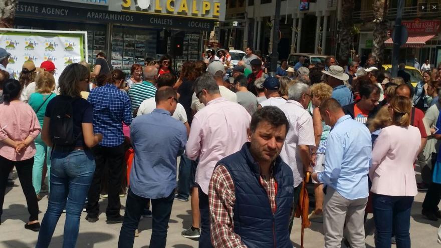 Un grupo de personas protesta en Calp