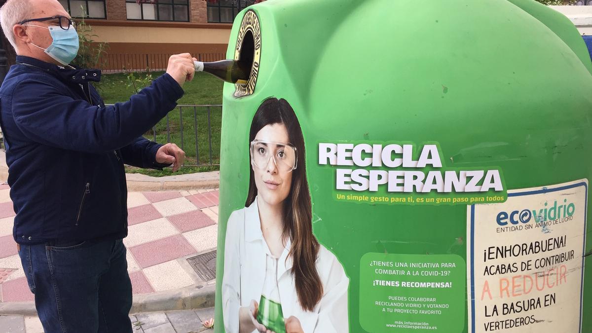 Un hombre reciclando envases de vidrio en Jumilla
