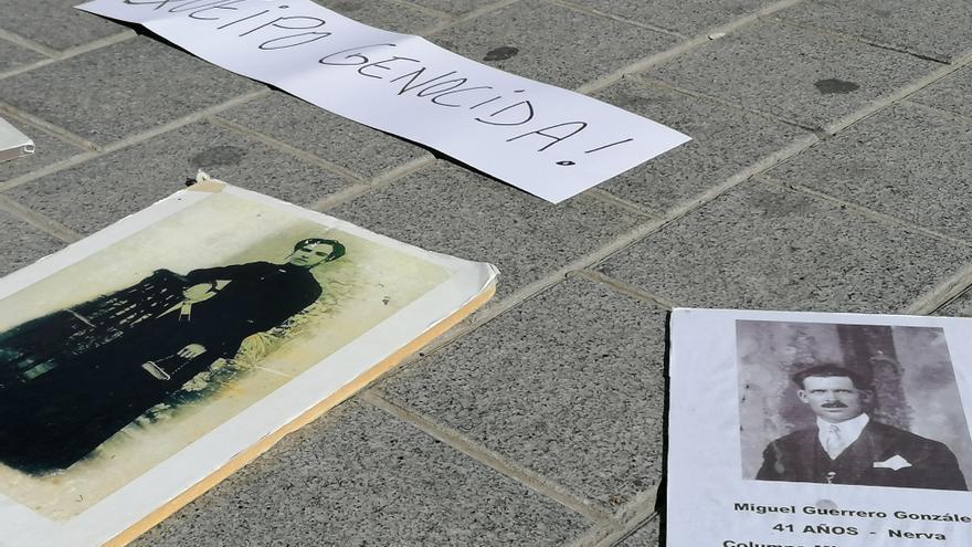 En el suelo, fotos de asesinados y represaliados por los golpistas en Sevilla