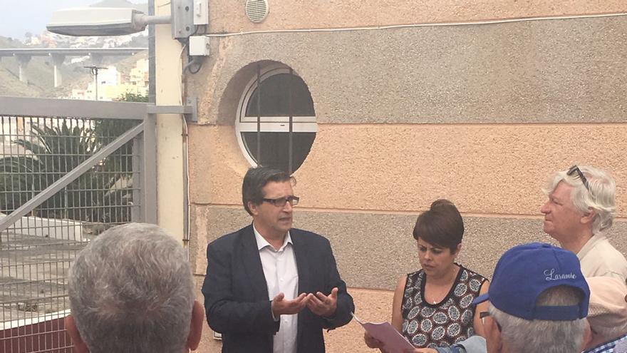 La consejera de Vivienda y Arquitectura del Cabildo de Gran Canaria, Minerva Alonso, junto al concejal de Urbanismo del Consistorio, Javier Doreste, y miembros de la asociación de vecinos de la zona.