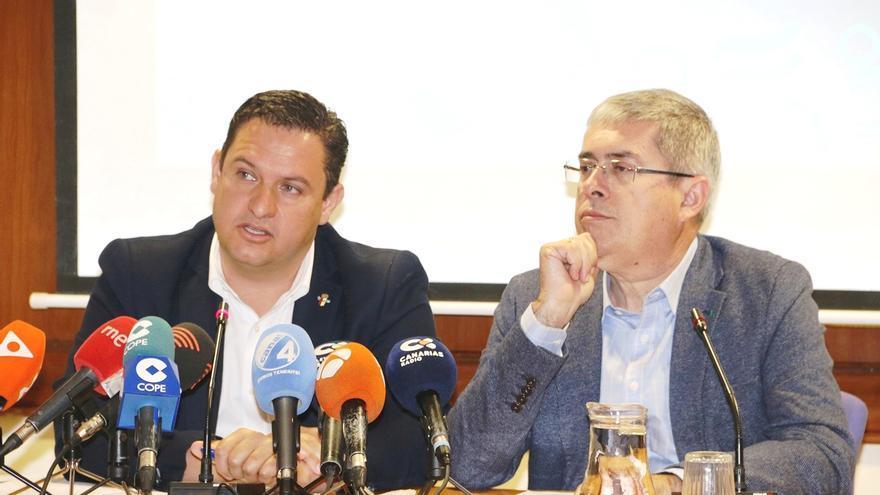 José Julián Mena, alcalde de Arona, y su homólogo en San Bartolomé de Tirajana, Marco Aurelio Pérez, este lunes en Santa Cruz