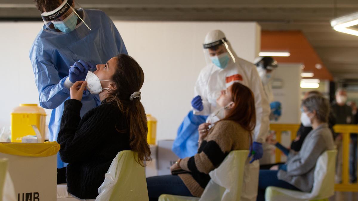 Profesionales sanitarios realizan su trabajo en el campus de Bellaterra de la Universidad Autónoma de Barcelona (UAB). EFE/Enric Fontcuberta/Archivo