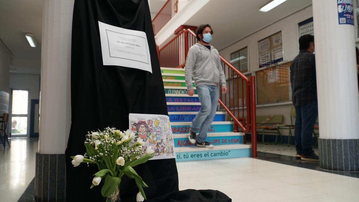 Los alumnos del IES Guadalpín de Marbella (Málaga) rinden homenaje a la profesora de 43 años que ha fallecido tras sufrir una hemorragia cerebral días después de recibir la vacuna de AstraZeneca. EFE/Antonio Paz
