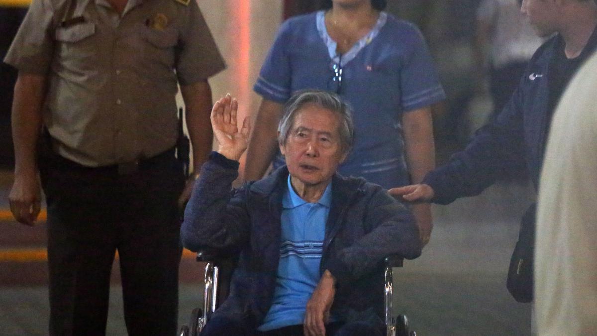 Fotografía de archivo fechada el 4 de enero de 2018 que muestra al expresidente peruano Alberto Fujimori a su salida de la clínica Centenario de Lima (Perú).