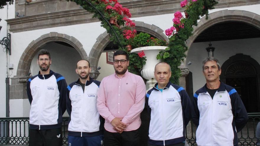 El concejal de Deportes, Raico Arrocha (c), con la junta directiva de la Federación Insular de Tenis de Mesa.