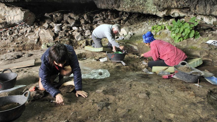 Trabajos arqueológicos en la cueva de Coro Trasito