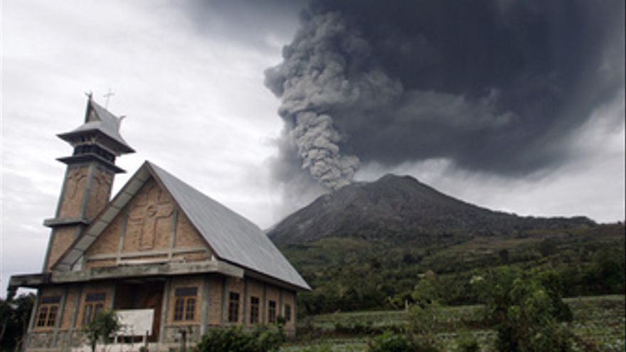 Erupción del volcán Sinabung en Sumatra