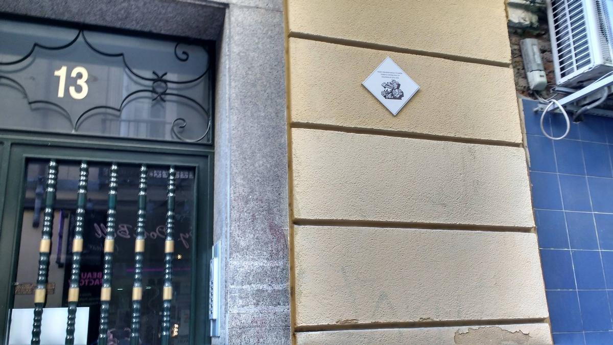 La placa-homenaje que ha desaparecido de la fachada del 13 de la calle Pez
