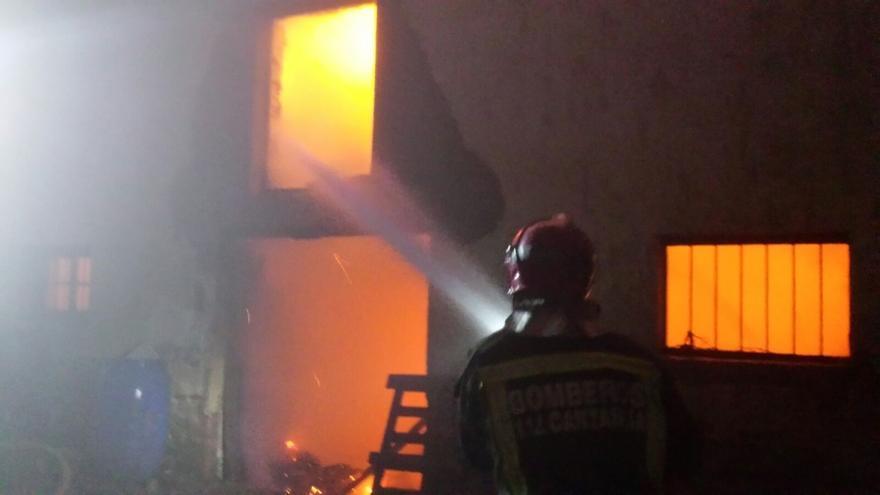Un treintena de animales mueren en el incendio de una cabaña en Bárcena de Cicero