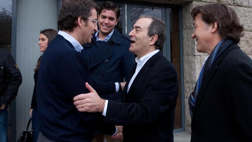 Feijóo, saluda al empresario Raúl López en un acto en Santiago.