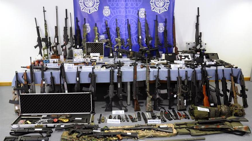 La Policía se incauta de un centenar de armas y detiene a un hombre en Bizkaia