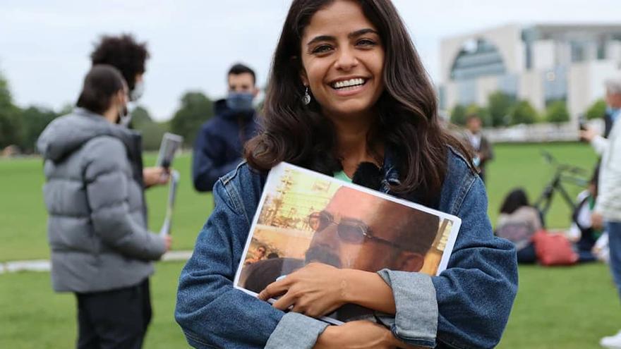 Wafa Mustafa sostiene la fotografía de su padre, desaparecido en 2013 en Siria