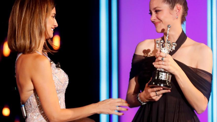 Penélope Cruz entrega el Donostia a Cotillard en una gala alegre y musical