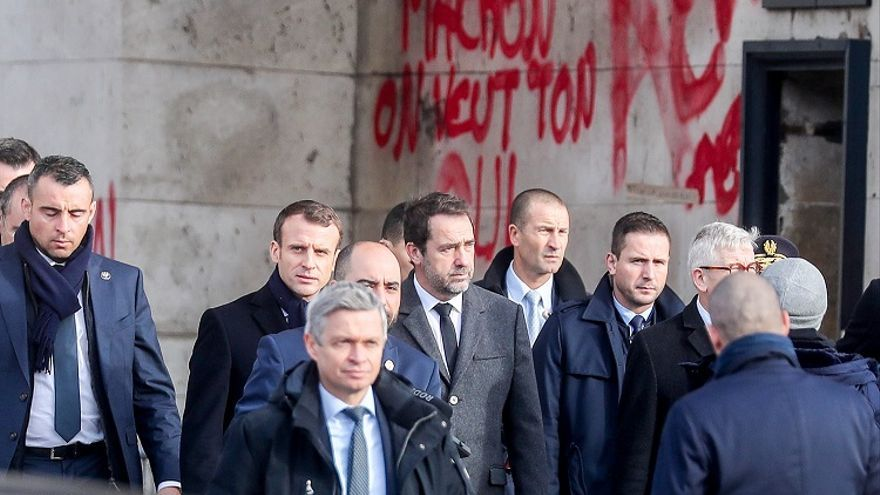 Emmanuel Macron, visitando los desperfectos en el centro de París