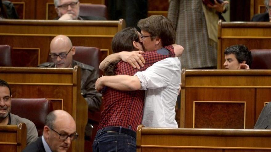 """Iglesias y Domènech celebran el acuerdo """"histórico"""" entre Podem y En Comú para confluir en un nuevo partido en Cataluña"""