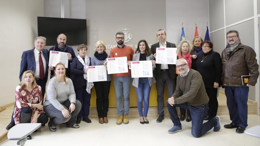 El concejal de Cultura Festiva, Pere Fuset (centro), con los representantes de diferentes asociaciones
