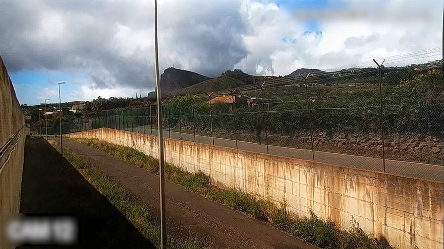 Instante recogido por las cámaras en el que el joven lanza el paquete hacia el interior del Centro Penitenciario Tenerife II.