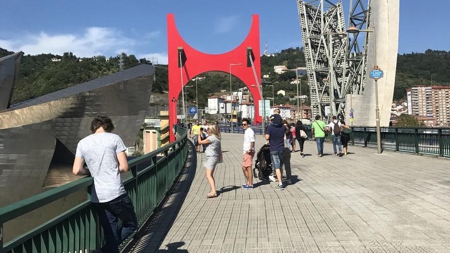 El Guggenheim Bilbao reinaugura los 'Arcos Rojos' de Daniel Buren, tras completar las obras de conservación