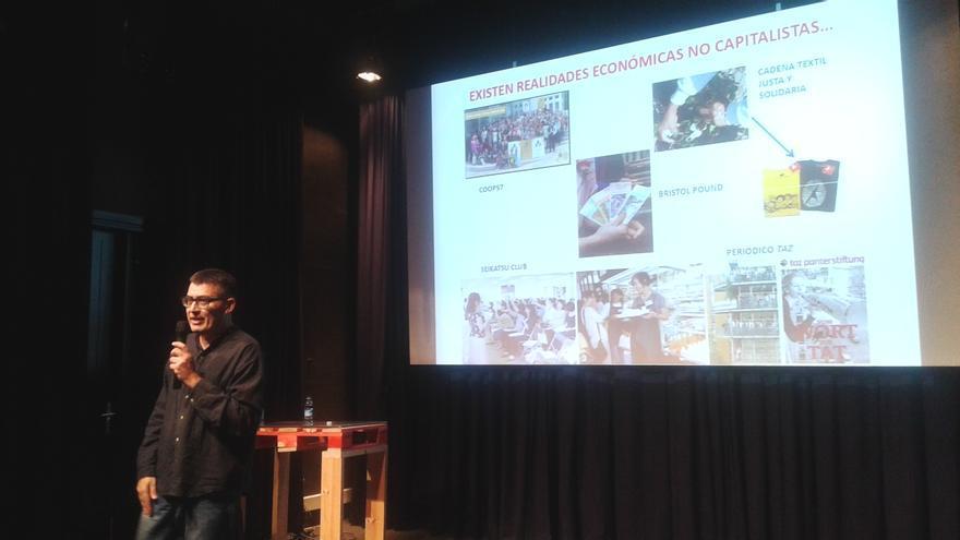 El cooperativista y miembro de la XES, Jordi Garcia Jane, ofrece una conferencia en San Sebastián. Foto: Ayuntamiento de San Sebastián.