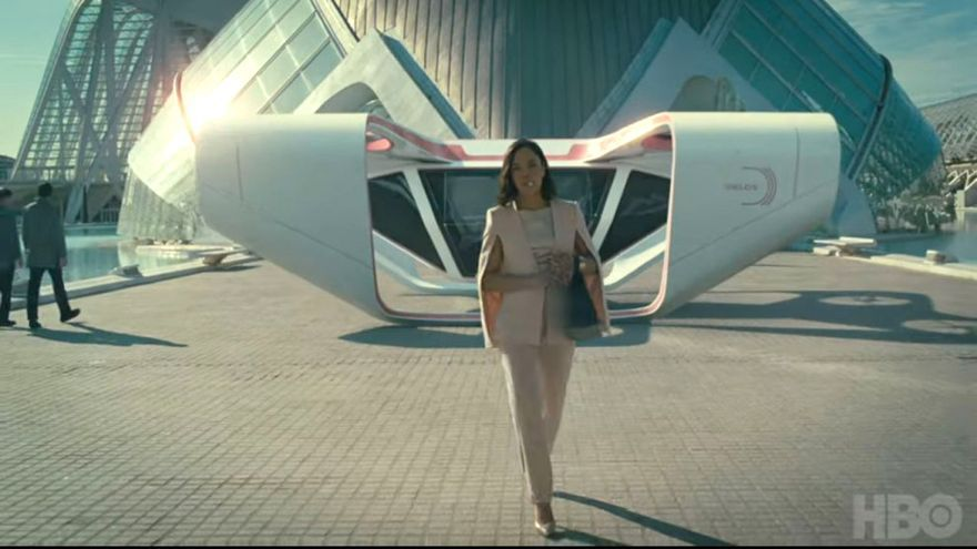 Charlotte Hale (Tessa Thompson) en una escena de Westworld con la Ciudad de las Artes y las Ciencas al fondo