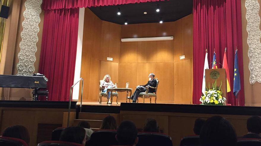 Esther Maldonado y Vicente de Garrido, en el transcurso de la charla