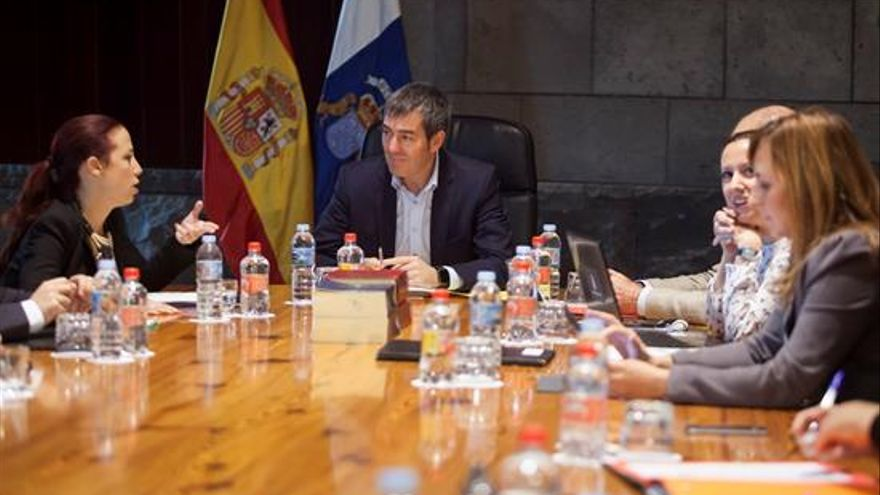 El presidente del Gobierno de Canarias, Fernando Clavijo (c), conversa con la vicepresidenta, Patricia Hernández (i), durante la reunión del Consejo de Gobierno.