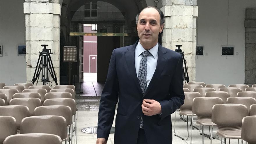 Diego avanza que, si gana las primarias del PP de Cantabria, ofrecerá a Buruaga proponer la mitad de la lista