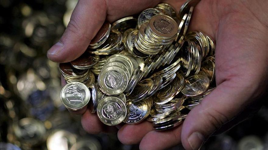 El euro baja a 1,3065 dólares