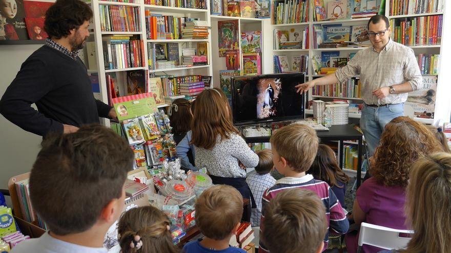 C:\fakepath\3 El novelista Andrés González Barba en la libreria El cuartito.JPG