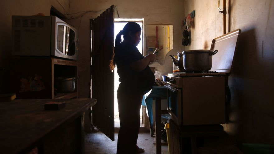 Silvia Aliaga, embarazada de nueve meses en la cocina de su casa en Patacamya días entes de su parto / Fotografía: Olmo Calvo