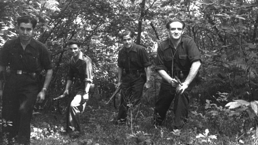 Maquis, durante la Guerra Civil // Foto de Constantino Suárez que aparece en 'Equí y n'otru tiempu', de Ramon Lluís Bande