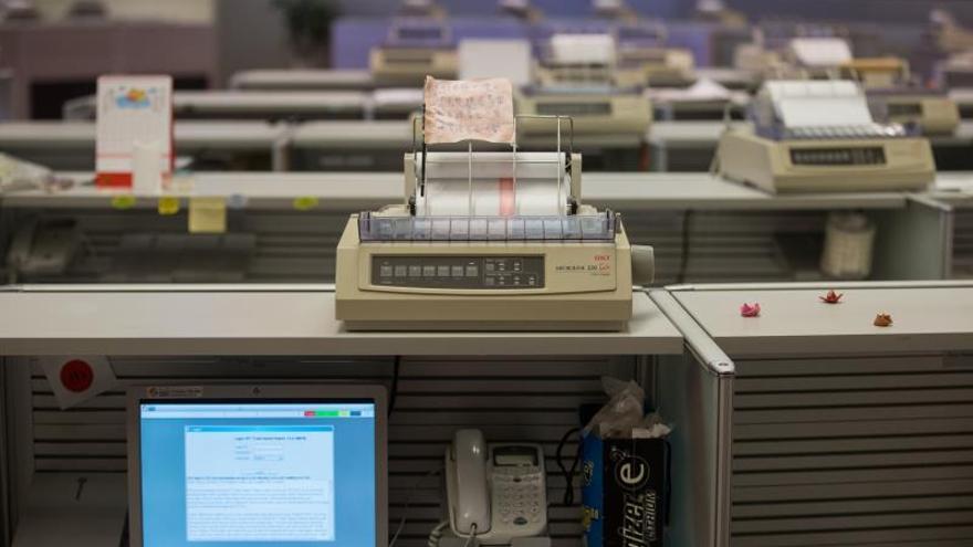 Impresoras antiguas son fotografiadas en la sala de operaciones de la Bolsa de Hong Kong en China.
