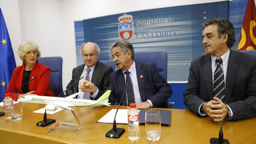 Rueda de prensa ofrecida en la sede del Gobierno de Cantabria por el presidente autonómico, Miguel Ángel Revilla, y el presidente de Binter, Pedro Agustín del Castillo.